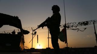 جندي أمريكي يحمل سلاحه في موقع حراسته في أفغانستان