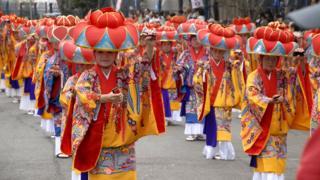 Dançarinas tradicionais durante o festival okinawano em SP