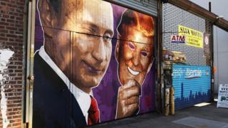 一幅在美国纽约市的壁画,画上戴着特朗普面具的俄罗斯总统普京。