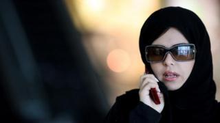 Une femme au téléphone dans un centre commercial à Riyad en mars 2008 (illustration)