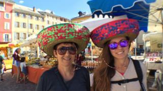 Dos turistas con sombreros mexicanos en Barcelonnette