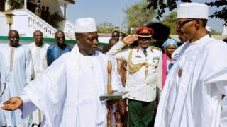 नाइजेरियाका राष्ट्रपति बुहारीलाई स्वागत गर्दै द गाम्बियाका राष्ट्रपति जाम्मे