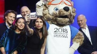 Russian presenter Maria Komandnaya takes a selfie at World Cup draw in Moscow (29/11/17)