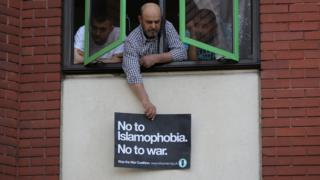 """Londra'daki Müslüman Refah Evi'nin camından """"İslamofobiye, savaşa hayır"""" dövizi sarkıtıldı."""