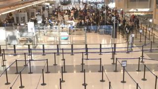 Полупустой зал регистрации аэропорта