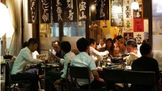 日本上班族通常下了班也躲不過應酬