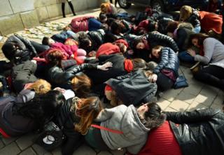 Romanya'nın başkenti Bükreş'te kadınlar hükümeti protesto etti.