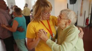 Пожилые женщины танцуют