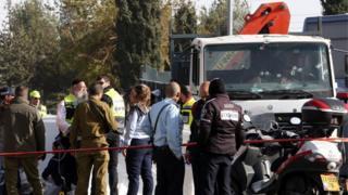 Les services de sécurité israéliens sur la scène de l'attaque au camion qui a fait 4 morts