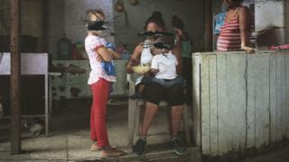 Mujeres y niños en Rivera Hernández, San Pedro Sula, Honduras. (Foto: Leire Ventas / Arte: Kako Abraham)