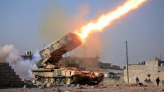 Иракские силы также ведут наступление на военную базу, расположенную неподалеку
