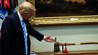 ما أسباب إقالة ترامب لرئيس مكتب التحقيقات الفيدرالي؟