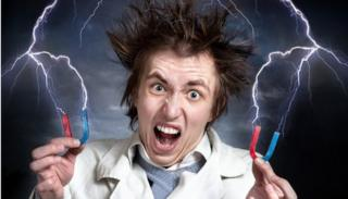 Un científico loco sujetando dos cables que emiten una especie de rayo sobre su cabeza