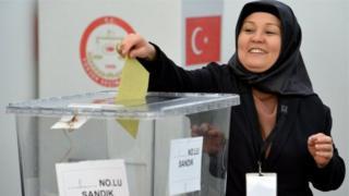 بدأ الأتراك في ألمانيا بالتصويت على استفتاء هام يتعلق بتوسيع صلاحيات الرئيس اردوغان