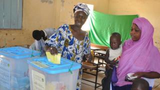 نساء يصوتن في استفتاء دستوري في موريتانيا