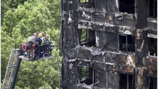 спасатели у сгоревшего здания