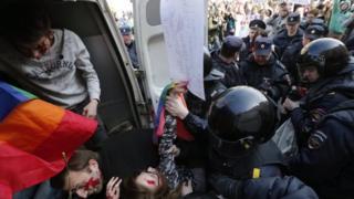 Polis əməkdaşları gey fəallarını saxlayırlar. Sankt-Peterburq, Rusiya. 1 may 2017
