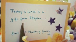 """องค์กรการกุศลระบุว่า การแสดงออกของครอบครัวศ.ฮอว์คิง ในวันพิธีศพ """"เป็นน้ำใจที่งดงาม"""""""
