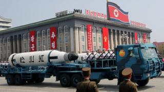 شمالي کوریا خپلې دفاعي وړتیاوې د پیونګیانګ په پوځي مانور کې نندارې ته وړاندې کړې