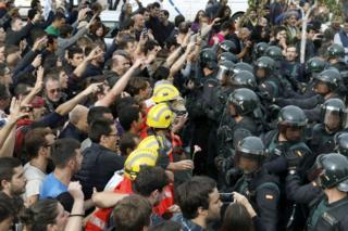 В столкновениях пострадали по меньшей мере 12 полицейских