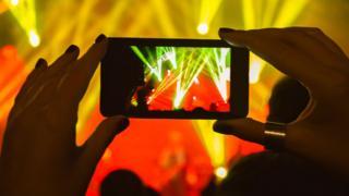 bir konserde akıllı telefon