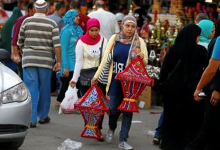 "Egyptian women carry traditional Ramadan lanterns called ""fanous"" ahead of the holy fasting month of Ramadan in Cairo, Egypt May 24, 2017."