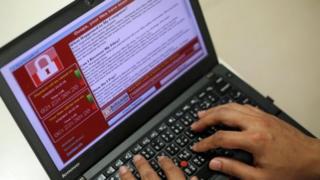 หน้าจอคอมพิวเตอร์แสดงให้เห็นถึงหน้าต่างของมัลแวร์ WannaCry ที่โจมตีคอมพิวเตอร์