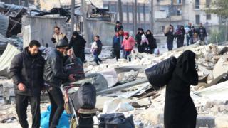 Siviller kuşatma altındali Halep'i terkediyor.