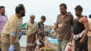 Policías yemeníes con los cuerpos de los sobrevivientes del ataque del 17 de marzo