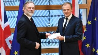 英国驻欧盟大使巴罗爵士向欧盟理事会主席图斯克递交首相特里莎·梅签署的脱欧信函。