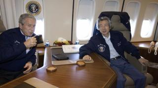 Джордж Буш с премьером Японии в кабинете Air Force One