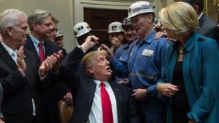 Trump junto a varios mineros