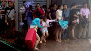 市民在澳門北區一處牆邊避風(新華社圖片23/8/2017)