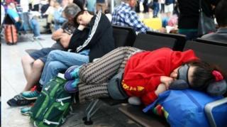 ผู้โดยสารจำนวนมากต้องนอนค้างที่สนามบิน