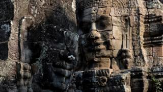 Джаяварман VII, правивший Кхмерской империей с 1181 года по 1218 год, считается самым могущественным из ее лидеров - под его руководством было завершено строительство Ангкора. Его лицо вырублено в камне в одном из храмов комплекса