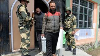 श्रीनगर में एक मतदान कर्मचारी.