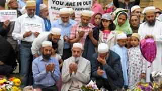 Müslümanlar saldırıda hayatını kaybedenler için dua okuyor.