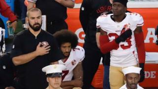 NFLサンフランシスコ・フォーティーナイナーズのキャパニック選手(中央)は1日も国歌演奏で起立せず、代わりにひざまずいた