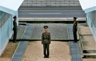 板門店の軍事境界線の隣に立つ北朝鮮兵士(2007年8月撮影)