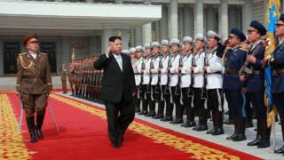 زعيم كوريا الشمالية يستعرض تشكيلة من قوات بلاده