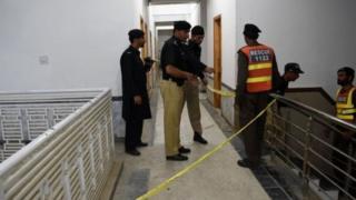 Пакистанда кудайды мазактаган деп студентти өлтүрүп кетишти