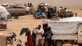 People who fled Raqqa city gather at a camp near Ain Issa, Raqqa province, Syria (19 May 2017)