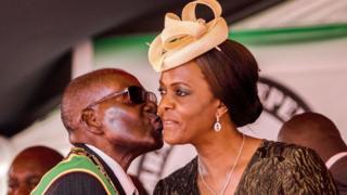 Grace Mugabe eşi ile öpüşüyor