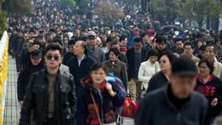 2016年清明节在上海祭祖的人群