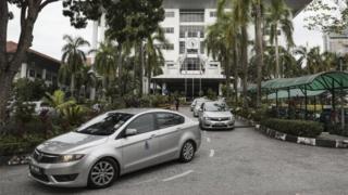 두 용의자가 탑승한 것으로 추정되는 경찰차량이 지난 2일 말레이시아 샤얄라의 법정에 들어오고 있다.