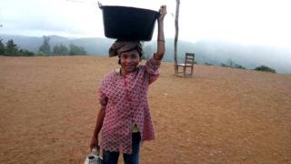 Anak-anak di Nias Selatan membantu orang tua mereka di ladang.