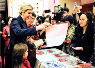 Ivanka Trump (izquierda) en la embajada china en Washington celebrando el Año Nuevo chino 1 de febrero de 2017
