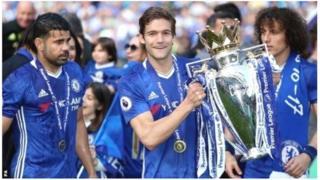 Abakinnyi b'ikipe ya Chelsea bashyikirijwe igikombe cya shampiyona ku kibuga Stamford Bridge on Sunday ku cyumweru