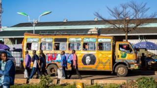 Bus Matatu di Nairobi, Kenya.