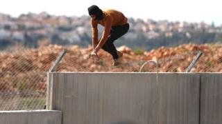 Palestino intenta cruzar el muro en Cisjordania